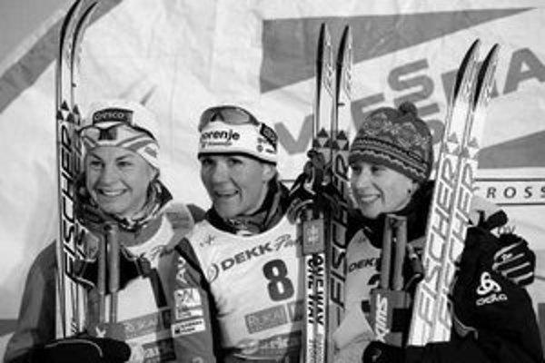 Alena Procházková (vpravo) na stupni víťazov po sobotňajšom šprinte Svetového pohára vo fínskom Kuusame. V strede je víťazka Petra Majdičová zo Slovinska, vľavo druhá v cieli Astrid Jacobsenová z Nórska.