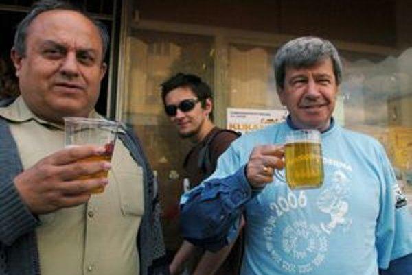 Na 18. ročníku Kukanovej desiny tento rok bude chýbať Eduard Kukan (vpravo) s bývalým organizátorom turisticko pivného pochodu Leom Kuželom.