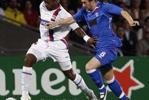 Sydney Govou (vľavo) z Lyonu v súboji s Kevinom Thomsonom z Glasgow Rangers. Škótsky tím vyhral prvý duel v Lyone 3:0. Dnes sa hrá odveta, ktorá rozhodne o postupujúcom.