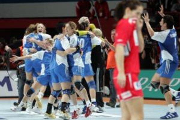 Radosť ruských házdanárok na konci finálového zápasu s Nórskom na MS vo Francúzsku.