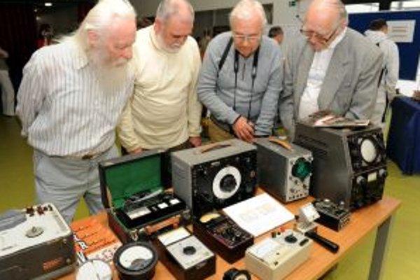 """Pre návštevníkov výstavy sú pripravené staré rádiá, starožitné gramofóny, """"bakeliťáky"""", starodávne fotoaparáty, premietacia technika."""