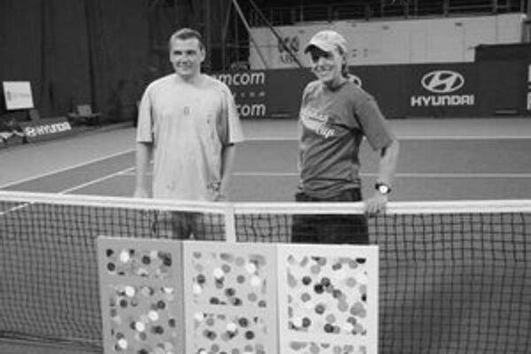 Bývalá tenistka Martina Navrátilová (vpravo) spolu s výtvarníkom Jurajom Králikom pózujú v Perthe so spoločným dielom. Obraz maľovali pomocou rakety a loptičiek namočených vo farbách.