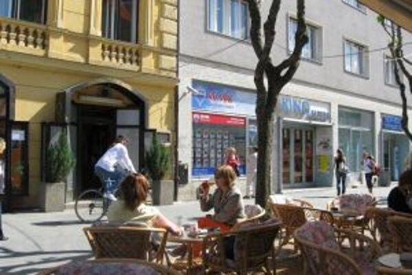 Po námestí v Trenčíne jazdia cyklisti s obľubou aj po chodníku. Mestská polícia ich zatiaľ nekontroluje.
