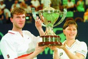 Karol Kučera a Karina Habšudová s víťazným Hopmanovým pohárom.