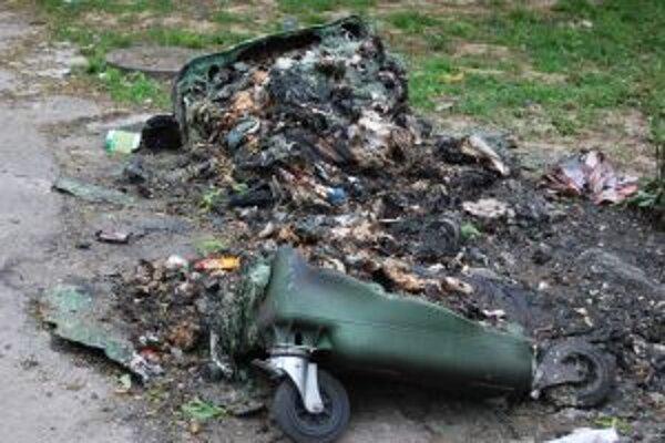 Po útoku pyromana na Ulici 1. mája zostali z kontajnerov iba zoškvarené plasty a kovové kolieska.
