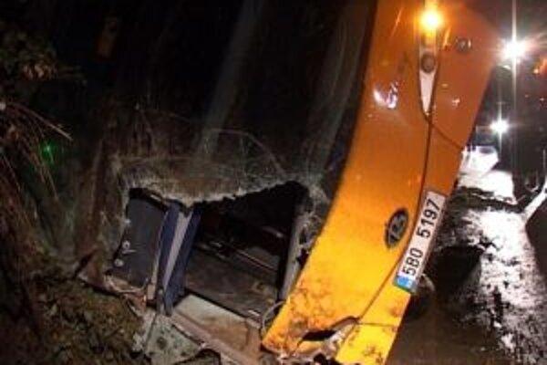 Nehoda si okrem štyroch obetí na životoch vyžiadala aj približne dve desiatky zranených.