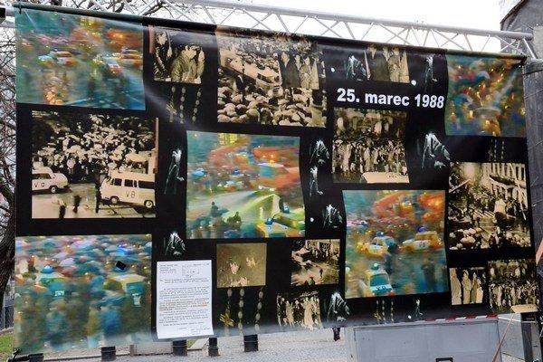 Spomienka na Sviečkovú manifestáciu - Deň zápasu za ľudské práva 1988 - 2015 na Hviezdoslavovom námestí v Bratislave. Podujatie sa koná v rámci Týždňa zápasu za ľudské práva od 20. do 26. marca.