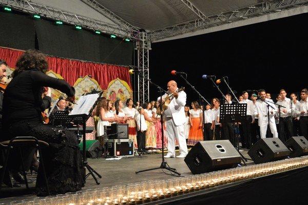 Koncert detského speváckeho zboru Čhavorenge s Českou filharmóniou v Lenartove 2015. Na koncertoch boli uvedené nové piesne, ktoré zložil Desiderius Dužda (v strede).