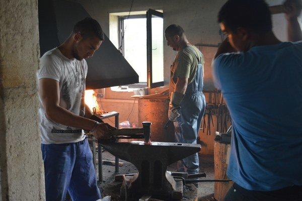 Súkromná stredná odborná škola v Kežmarku vlastní plne vybavenú kováčsku dielňu, kde vyučuje umelecké a úžitkové kováčstvo. V auguste 2015 zorganizovali kováčske sympózium, kde sa od majstra Igora Radiča z Klenovca učili aj dvaja žiaci školy.