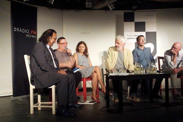 Foto z diskusie v KC Dunaj 17. septembra na tému Pamäť a pamätníky zavraždeným Rómom. Zľava Roman Kwiatkowski, Lidia Ostalowska, Zuzana Kumanová, Fedor Gál, Markus Pape, Robert Kirchhoff.