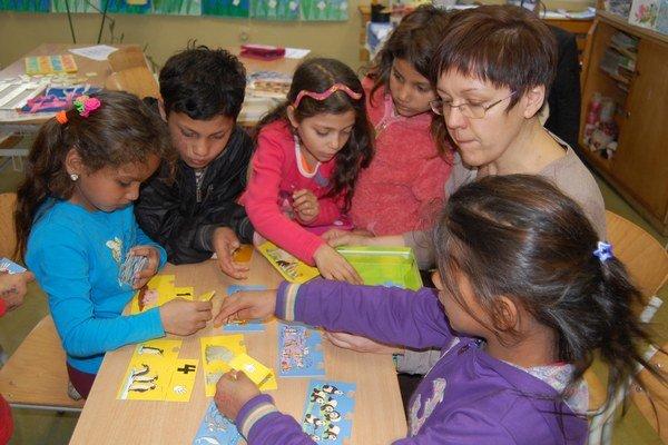 Dvakrát do týždňa sa v školskom klube vo Veľkej Ide venuje deťom liečebná pedagogička Mária Heveriová.