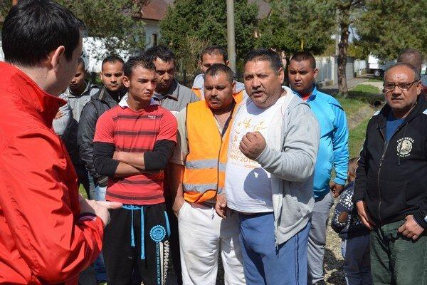 Na snímke sa Peter Pollák (vľavo) dva dni po zásahu polície rozpráva s Rómami pred obecným úradom v obci Vrbnica.