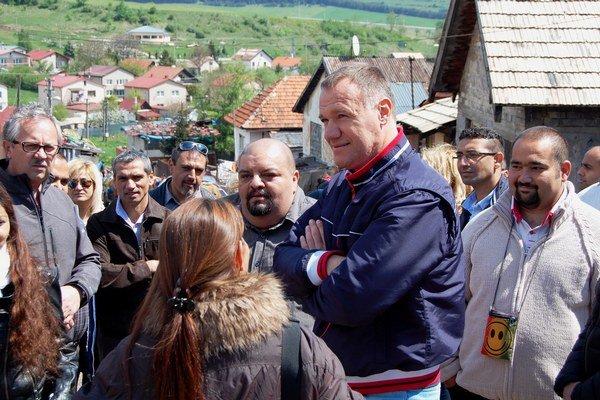 V Jánovciach pri Poprade diskutuje V. Čislák v miestnej osade s rómskymi asistentmi osvety zdravia a ich koordinátormi.
