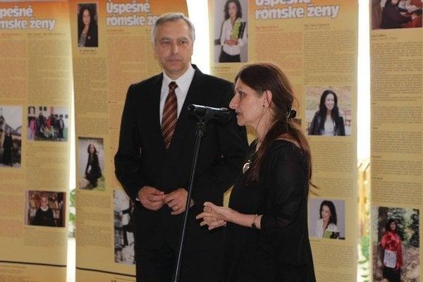 Výstavu otvoril podpredseda parlamentu Ján Figeľ. Vedľa neho stojí kurátorka výstavy Zuzana Kumanová.