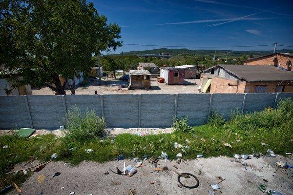 Múr pri rómskej osade pri Pezinku.