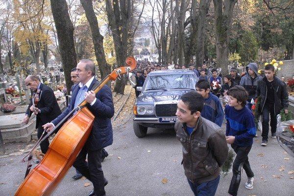 Cestou k hrobu. Na miesto posledného odpočinku sprevádzala kapela.