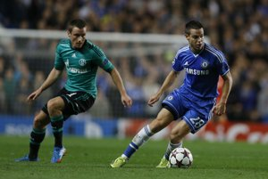 Cesar Azpilicueta z Chelsea uniká hráčovi Schalke Christianovi Clemensovi
