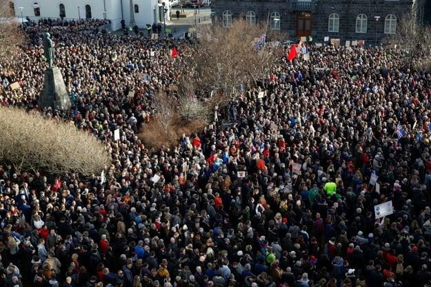 Tisíce Islanďanov pre parlamentom.