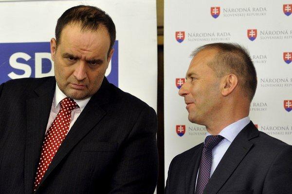 Zľava: Poslanci SDKÚ Pavol Frešo a Ľudovít Kaník, chcú vidieť ľudí v osadách pracovať.
