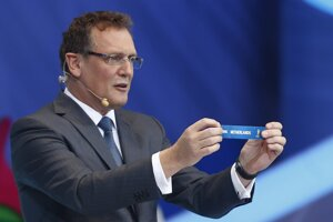 Generálny sekretár FIFA Jerome Valcke drží lístok s názvom Holandsko počas žrebovania základných skupín pre majstrovstvá sveta 2014 v Brazílii.