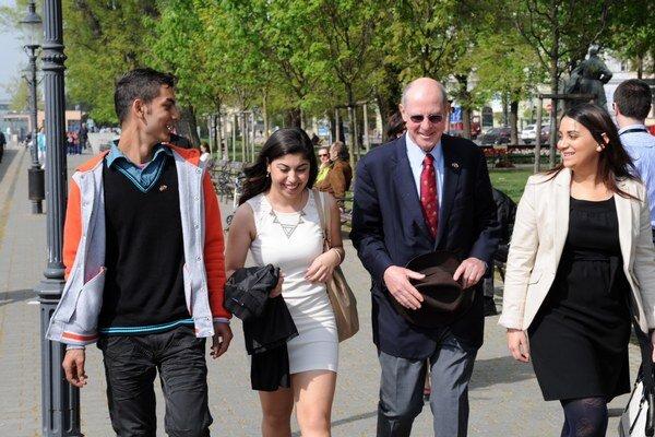 Americký veľvyslanec na Slovensku  Theodor Sedgwick (druhý sprava) počas prechádzky s úspešnými Rómami.