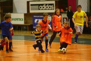 Suverénne najkrajší zápas bol detský. Hrali oranžoví proti farebným.