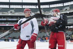 Hokejisti Detroitu Abdelkader v bielom a Smith.