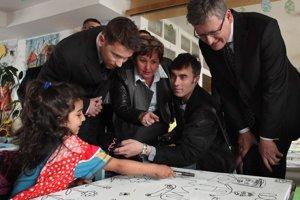 Európsky komisár pre zamestnanosť, sociálne veci a začlenenie László Andor (vpravo) navštívil materskú škôlku na sídlisku Lunik IX.