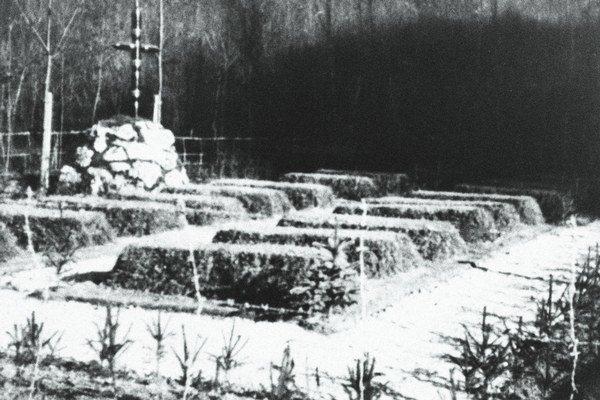 Hroby popravených Rómov v Dubnici nad Váhom.
