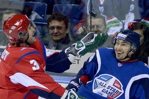 Na snímke vpravo Miroslav Šatan (Západ) a vľavo Andrej Zubarev (Východ) počas súťaže zručností v rámci 6. ročníka Zápasu hviezd Kontinentálnej hokejovej ligy (KHL) v bratislavskej Slovnaft aréne.