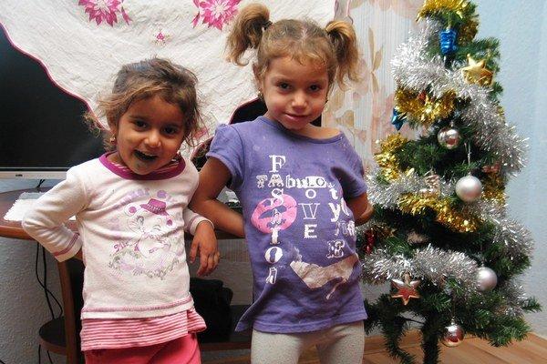 Trojročná Jarka a o rok staršia sesternica Eduarda sa tešia z nového domova.