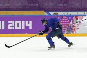 Hokejista Marcel Hossa počas tréningu v Soči, píše agentúra AP.