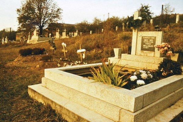 """Rómov dodnes pochovávajú osve: v popredí hroby Rómov, v zadnej časti hroby """"bielych"""". Žehňa 1989."""