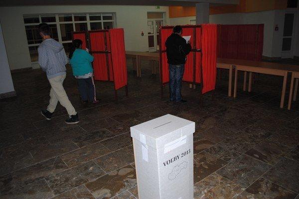 Voľby v Jarovniciach. Podozrenia polícia rieši, neštandardné výsledky však boli aj inde.