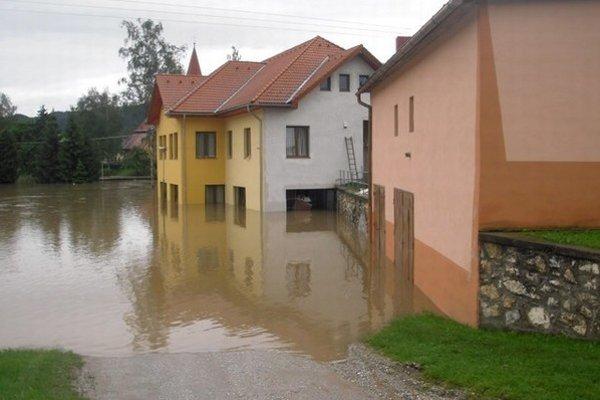 Obec Vítkovce na východnom Slovensku každoročne ohrozuje potok Lodzina.