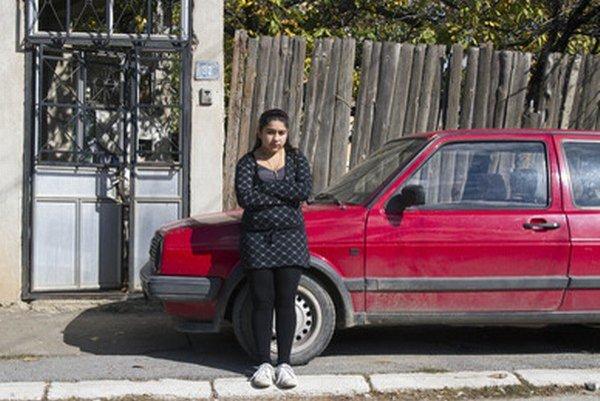 Rómske dievča vytiahla zo školského autobusu pred očami jej spolužiakov počas triedneho výletu.