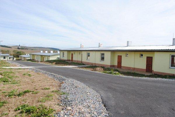 Nové domčeky pre obyvateľov letanovskej osady sú zatiaľ prázdne.