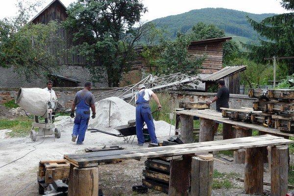Muranská Dlhá Lúka zamestnala Rómov na výrobu rigolov.