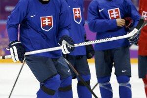 Kapitán našich hokejistov Zdeno Chára (vľavo), Marcel Hossa (uprostred) a Branko Radivojevič (vpravo).