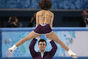 Kanaďan Eric Radford dvíha svoju partnerku Meagan Duhamelovú počas súťaže športových dvojíc.