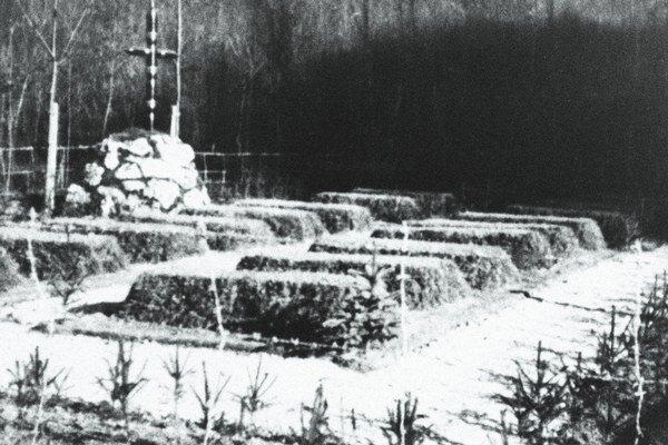 Pôvodné hroby popravených Rómov v Dubnici nad Váhom.