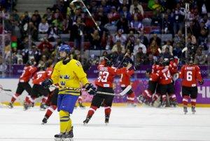 Švajčiarske hokejistky sa tešia po víťazstve nad Švédkami z bronzových medailí.