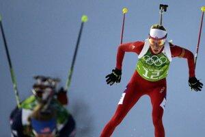 Švajčiarska biatlonistka Selina Gasparinová v červenom.