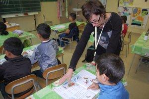 Základná škola Jánošovka v Čiernom Balogu 1Učiteľke a najmenším žiakom pomáha asistentka Marcela Švantnerová.