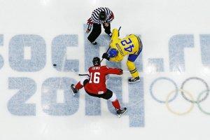 Úvodné buly finálového zápasu Švédsko - Kanada. O puk bojujú Jimmie Ericsson a Jonathan Toews.
