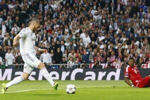Do vedenia ide Real Madrid. Po ľavej strane obrancom Bayernu ušiel Fabio Coentrão a pred bránou našiel osamoteného Karima Benzemu. Ten sa nepomýlil a domáci vedú 1:0.
