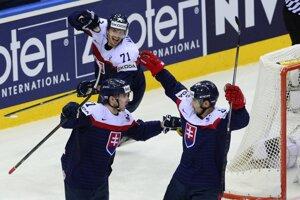 Radosť Slovákov po strelení gólu. Vľavo v popredí Martin Reway, vpravo Tomáš Tatar a v pozadí Juraj Mikúš.