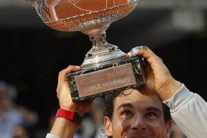 Rafael Nadal s trofejou pre víťaza Roland Garros.