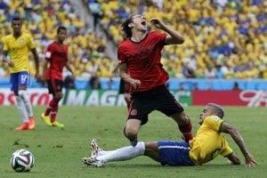 Giovani Dos Santos v súboji s Danim Alvesom.