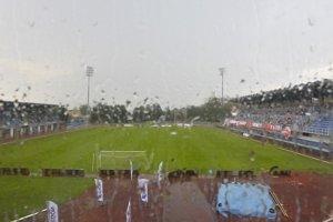 Silná búrka spôsobila v Dubnici pred zápasom Trenčín - Novi Sad výpadok elektrického prúdu.